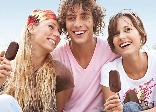 Gruppe mit Magnum-Eis.