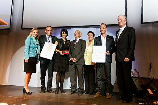 Mag. Ulrike Rabmer-Koller, Vizepräsidentin der Wirtschaftskammer Oberösterreich und Wirtschaftsminister Dr. Reinhold Mitterlehner mit der Unternehmerfamilie Mayr.