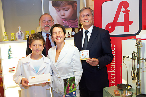 www.apa-fotoservice.at/galerie/1996/ im Bild v.l.n.r. Daniel von der Sporthauptschule Gloggnitz(10.000stes Kind in der Minopolis-Apotheke), Mag.pharm. Heinrich Burggasser (Apothekerkammer-Präsident), Mag.a Sonja Wehsely (Wiener Gesundheitstadträtin) und Alois Stöger (Gesundheitsminister)