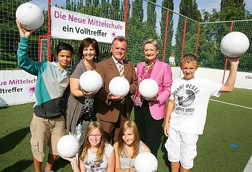 http://www.apa-fotoservice.at/galerie/2156/ Im Bild v.l.n.r.: Johanna Schwarz, M.A. (Direktorin der NMS Mattersburg), Hans Niessl (Landeshauptmann Burgenland) und Bundesministerin Dr.Claudia Schmied und SchülerInnen der 1.Abschlussklasse.