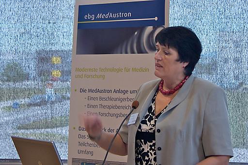 Univ.-Prof. Dr. Ramona Mayer, Projektleitung Medizin und Prokuristin bei MedAustron sowie Vorsitzende des Organisationskomitees des Symposiums bei einem Vortrag