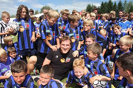 Die Baumit kick & learn-Camps standen auch 2011 unter der Schirmherrschaft von U-21-Nationaltrainer Andi Herzog, der es sich nicht nehmen ließ die Camps zu besuchen. Hier die begeisterten Kinder von Lobmingtal.