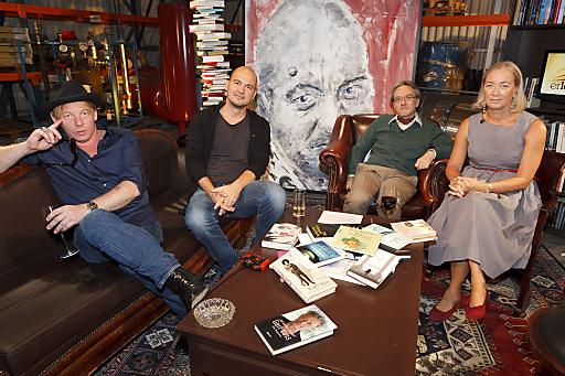 Ben Becker, Thomas Glavinic und Agnes Husslein sorgen mit skeptischen Blicken, Perlenketten und ferngesteuerten Autos für Unterhaltung in der Bücherwelt.