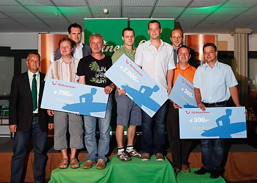 Die Siegerteams der Leiner Tischlerchallenge bei der Preisübergabe mit Kundenserviceleiter Walter Hörndler, Verkaufsleiter Walter Golob und Leiner Geschäftsführer Paul Koch.