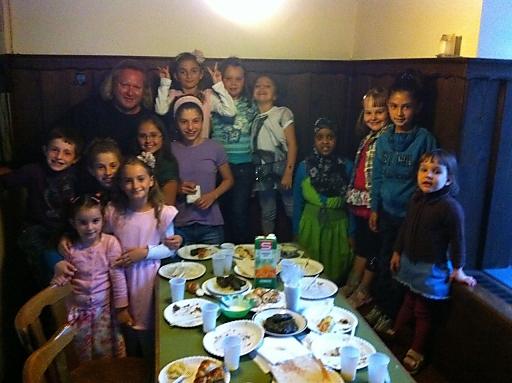 Dani und Dori mit den Kindern des Freunde Schützen Hauses und Unterstützer Gregor Seberg