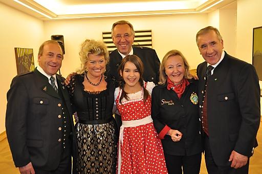 Gruppenbild nach Premiere mit den Stoakoglern - Von links nach rechts: Reinhold Willingshofer, Regina Engel, Fritz Willingshofer (2. Reihe), Vanessa Glück, Hanneliese Kreißl-Wurth, Hans Willingshofer