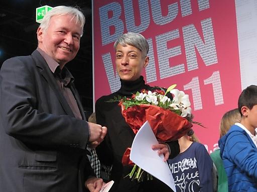 Herr Mag. Gerhard Auinger, stellvertretender Leiter der Abteilung Literatur und Verlagswesen im BMUKK, überreicht Kira Nathani den Hauptpreis