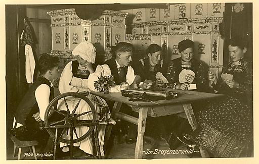 """""""Die Stubat"""" (Spinn- oder Kunkelstube) ist eine abendliche Zusammenkunft junger Leute zur Unterhaltung, bei der musiziert und gesungen wurde, Bregenzerwald, 1960."""