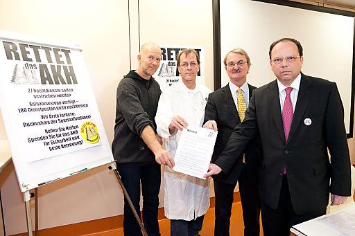http://www.apa-fotoservice.at/galerie/2606/ Im Bild v.l.n.r.: O.A.Dr. Martin Röggla (Universitätsklinik für Notfallmedizin AKH), Ass.Prof.Dr. Harald Gabriel (Ambulanz für angeborene Herzfehler im Erwachsenenalter), Univ.Prof.Dr. Engelbert Knosp (Universitätsklinik für Neurochirurgie), Univ.Prof.Dr. Thomas Szekeres (Betriebsratsobmann MUW)