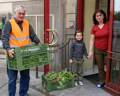 LGV-Gemüse wird von einem ehrenamtlichen Mitarbeiter der Wiener Tafel an das Flüchtlingshaus Rossauer Lände, Glasergasse 27, 1090 Wien verteilt.