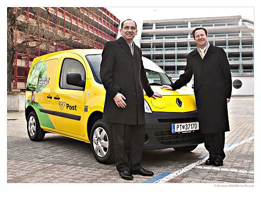 Guillaume de Vulpian, Generaldirektor von Renault Österreich, übergibt 10 Renault Kangoo Z.E. an den Postvorstand, Dipl.-Ing. Walter Hitziger.