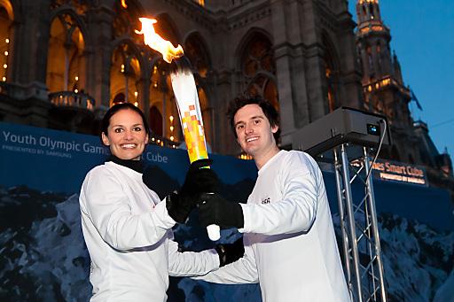 http://www.apa-fotoservice.at/galerie/2647/ Im Bild v.l.n.r.:  Tanja Duhovich (Ex Miss Austria) und James Cottriall (Singer und Songwriter) waren am Silvestertag 2011 als Samsung-Fackelläufer in Wien mit 120 Jugendlichen aus der ganzen Welt unterwegs.