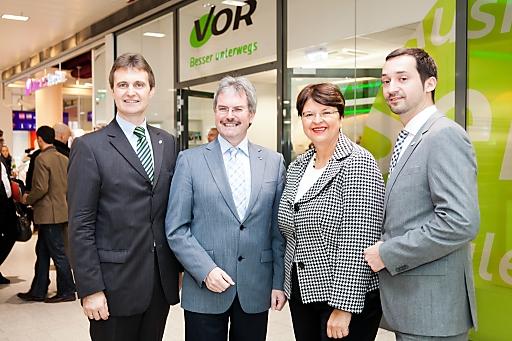 Vor dem neuen VOR-Cervicecenter: v.l.n.r.: VOR-GF Wolfgang Schroll, NÖ-LR Karl Wilfing, Vzbgm. Renate Brauner, VOR-GF Thomas Bohrn