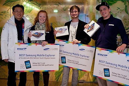 Sangho Jo, Präsident Samsung Österreich, überreicht die Preise an die Gewinner des Samsung Mobile Explorer Wettbewerbs bei den Olympischen Jugend-Winterspielen in Innsbruck. Sanho Jo, Michelle Merz, Lukas Watzl, Simon Roth (v.l.n.r.)