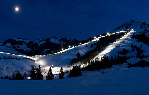 Ganze 255 Lampen erleuchten die Nachtabfahrten der Bergbahnen Söll, mit 5 Strecken auf insgesamt 10 Pistenkilometern gehört Söll zu den größten Nachtskigebieten Österreichs.