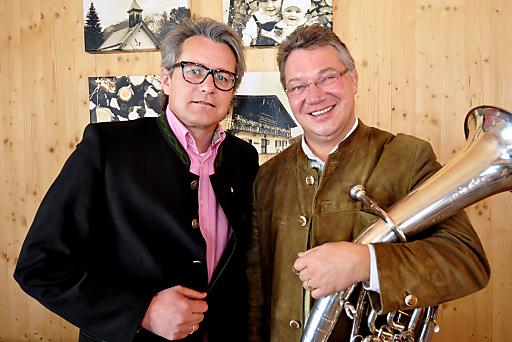 (v.li.) Markus Tschoner (Olympiaregion Seefeld) und Ernst Hutter (Die Egerländer Musikanten - das Original) freuen sich über die gelungene Kooperation.