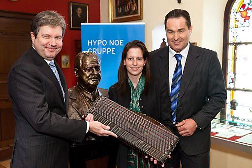 Im Bild vlnr.: Dr. Peter Harold (Generaldirektor HYPO NOE Gruppe), Michaela Schaden ('prima la musica'-Preisträgerin), Josef Renz (Antiquitätenhändler)