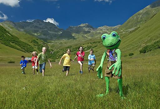 Gestatten, mein Name ist Bartl Bergfrosch: Der freche Hüpfer steht im Zentrum des diesjährigen Programms der Family Tirol Dörfer.