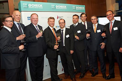 Personen von links nach rechts: Günther Schmitt (Raiffeisen Capital Management), Johannes Meran (conwert), Gerhard Falch (AMAG), Wolfgang Nedomansky (APA-Finance), Paul Severin (ERSTE-SPARINVEST), Manfred Sibrawa (BAWAG P.S.K Invest), Dominik Hojas (DerBörsianer.com), Alfred Reisenberger (Wiener Privatbank), Rainer Polster (Deutsche Bank)