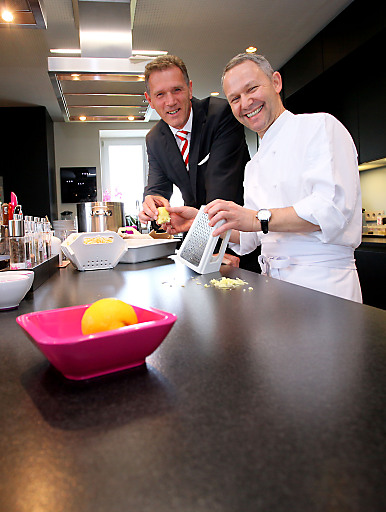 Auch Haubenkoch Georg Essig (rechts) setzt auf eine Küchenarbeitsplatte von Strasser Steine. Im Bild links: Strasser-Geschäftsführer Johannes Artmayr.