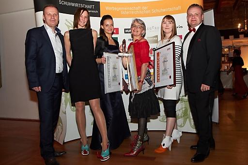 http://www.apa-fotoservice.at/galerie/2878/ Im Bild: v.l.n.r. Karl Domoracky (Geschäftsführer Collonil Österreich), Elisabeth Pachucki (Model, 2. Platz Crazy Shoe Award), Theresa Gertinger (Designerin, 2. Platz Crazy Shoe Award), Christine Weichselbaum (1. Platz Crazy Shoe Award), Lotta Löfgren (3. Platz Crazy Shoe Award) und Mirko Snajdr (Innungsmeister, Landesinnung Wien der Schuhmacher und Orthopädieschuhmacher)