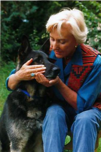 Linda Tellington Jones mit Hund.