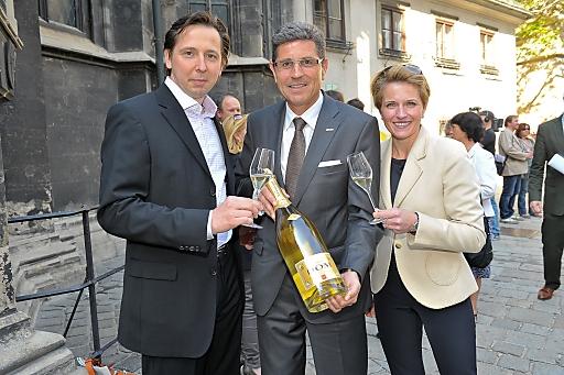(v.l.n.r.) Heinz Reitbauer, Schlumberger Vorstand Eduard Kranebitter und Birgit Reitbauer präsentieren den neuen Schlumberger DOM Jahrgang 2007