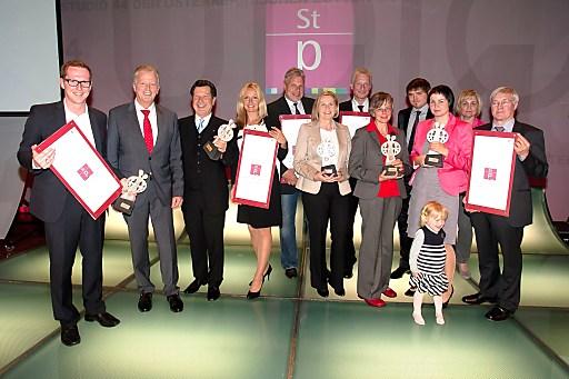 Wirtschafts- und Familienminister Reinhold Mitterlehner mit den Vertretern aller fünf Staatspreis-Gewinner