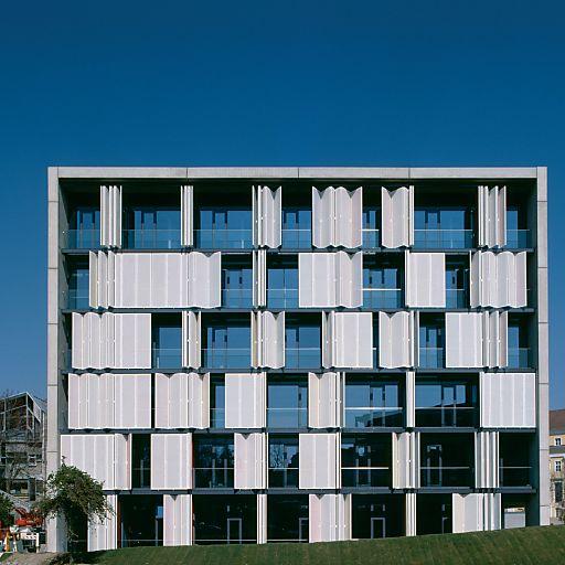 An den Grazer Architekten Dipl.-Ing. Ernst Giselbrecht ging der Aluminium-Architektur-Preis 2004. Ausgezeichnet wurde er für das Projekt Biokatalyse der Technischen Universität Graz.