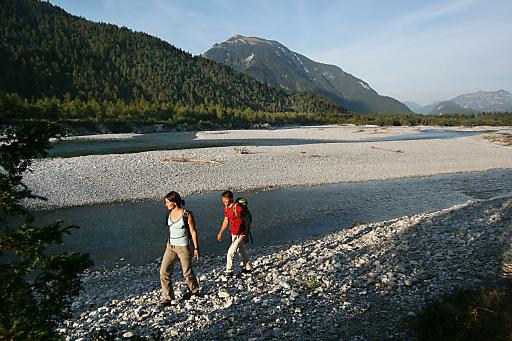 Der Lechweg steht für moderates Wandern in den Alpen und führt durch eine der letzten Wildflusslandschaften Europas.
