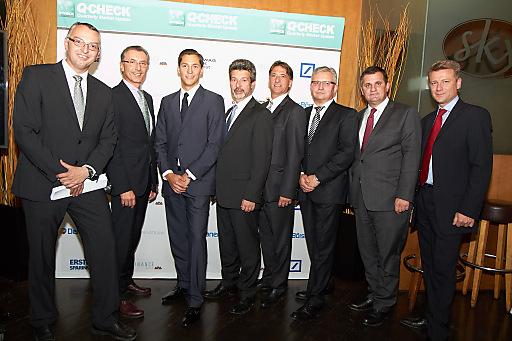 Personen v.l.n.r: Karl Brandstötter (Ringturm KAG/Erste Asset Management), Thomas Birtel (STRABAG SE), Dominik Hojas (DerBörsianer.com), Mathias Bauer (Raiffeisen Capital Management), Peter Pavlicek (BAWAG P.S.K. INVEST), Werner Painsy (CEE DWS), Eduard Berger (Wiener Privatbank), Wolfgang Nedomansky (APA-Finance)