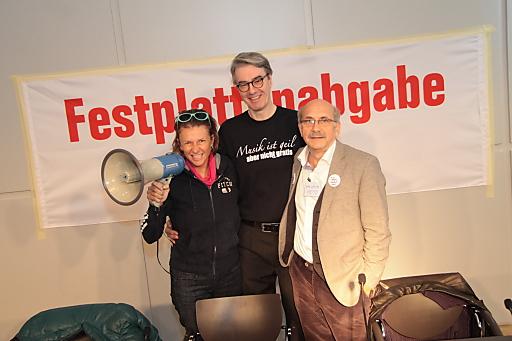 Im Bild v.l.n.r. Birgit Denk (Sängerin, Komponistin, Textautorin), Peter Paul Skrepek (Musiker, Autor, Musikproduzent) und Gerhard Ruiss (Autor und Musiker)