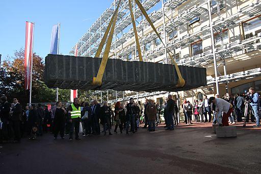 """Eine mehrere hundert Kilo schwere """"Fest Platte"""", eine Skulptur von Ulrike Truger, wurde als """"Gastgeschenk"""" vor der AK abgeladen."""