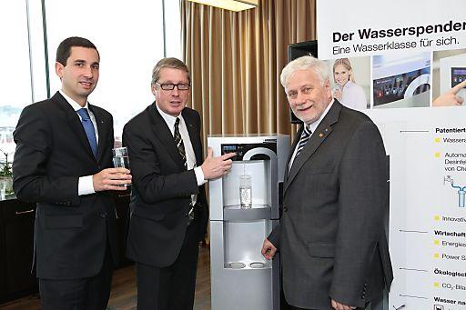 http://www.apa-fotoservice.at/galerie/3558 Im Bild v.l.n.r.: Mag. Dr. Bernhard Kadlec (Kaufmännischer Direktor vom Landesklinikum St. Pölten), Gerhard Schwab (Geschäftsführer der Alfred Kärcher Ges.m.b.H), O.Univ. - Prof. Dr. DDr. h.c. Friedrich Schneider (Johannes Kepler Universität Linz)