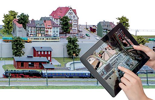 Neue Dimension: Innovationen erhöhen Originaltreue und Spielwert. Die Modelleisenbahn Holding bietet 2013 die einzigartige Verbindung von virtuellen und realen Elementen.