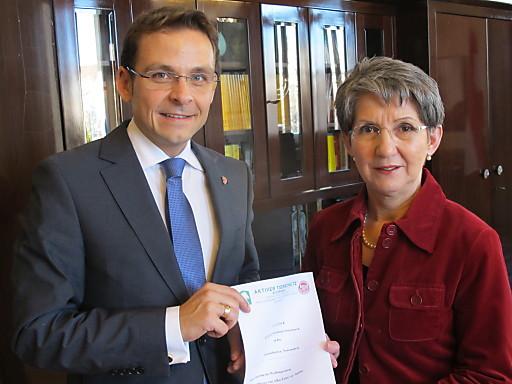 Der steirische BZÖ-Chef Abg. Gerald Grosz überreichte heute an Nationalratspräsidentin Mag. Barbara Prammer die Petition des Aktiven Tierschutzes Steiermark für eine Änderung des Waffengesetzes.