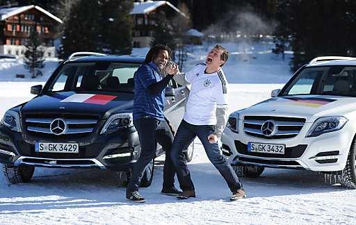 Heißes Duell auf Schnee und Eis: Deutschland besiegt Frankreich. Während im Pariser Stade de France noch letzte Vorbereitungen für das Länderspiel der Equipe Tricolore und der DFB-Auswahl laufen, trafen sich im schweizerischen Arosa zwei Fußball-Legenden zum Duell auf der Strecke: Andreas Möller, einst Lenker und Denker im deutschen Mittelfeld, und Frankreichs früherer Spielgestalter Christian Karembeu traten am Steuer eines GLK 350 4MATIC BlueEFFICIENCY gegeneinander an.