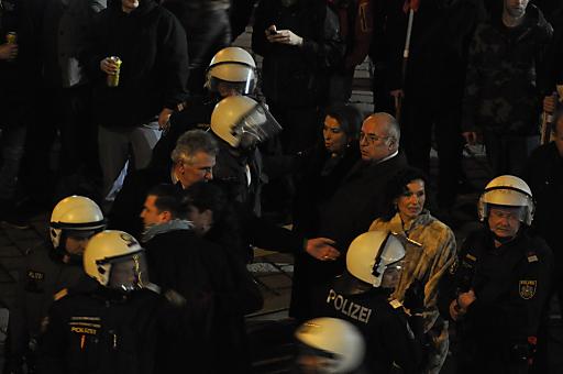 Andreas Mölzer inmitten der Polizei am Albertinaplatz. Keinesfalls ging er alleine - wie von Gerhard Pürstl behauptet - durch die Reihen der Demonstranten.