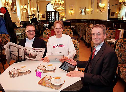 Neuer Service für Kaffeehausgäste: die Kiosk-FreeLounge. Getestet von KommR Maximilian K. Platzer (Café Weimar), Wolfgang Krivanek (Freewave), Rüdiger Baumberger (APA).