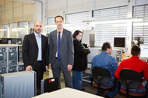 Mehr als 250 gebrauchte PCs und Notebooks übergab Generali-COO Thomas Plank an AfB-Geschäftsführer Ernst Schöny (links). Foto: Reiterer