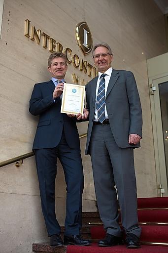 Generaldirektor Thomas Legner bei der Übergabe des Zertifikats durch DI Karl Reiner, Repräsentant von Green Globe in Österreich (v.l.n.r.)