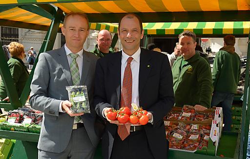LGV-Vorstand Mag. Gerald König (re) und KDir. Ing. Robert Fitzthum (li) am LGV-Gärtnermarkt am Wiener Michaelerplatz