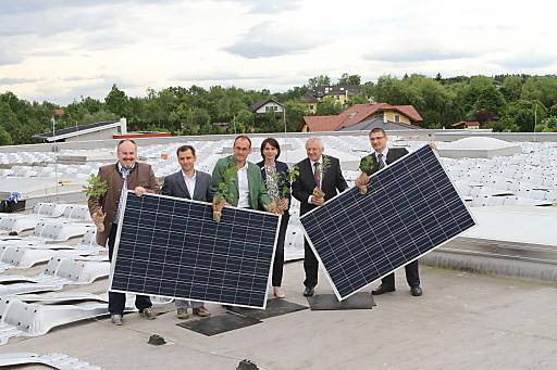 Foto von links nach rechts: Bernhard Öttl (Bgm REichersberg), Markus Rauchenecker (GF Marasolar), Ernst Mayr (GF Fussl Modestraße), Martina Hillinger (Marketing Fussl Modestraße), Franz Hiesl (LH-Stv. OÖ) und Peter Mayer (Abgeordneter zum Nationalrat) am Dach der Fussl-Logistikzentrale, auf der eines der beiden Photovoltaik-Kraftwerke installiert wird.
