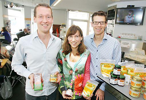 http://www.apa-fotoservice.at/galerie/4492/ Im Bild v.l.n.r.: Mag. Marek Makowski (Geschäftsführer Birkengold GmbH), Mag. Maria Holzer (Ernährungswissenschafterin) und DDr. Klaus Kotschy (Mikroskopzahnarzt)
