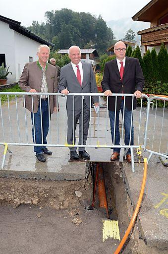 Besuch der in Bau befindlichen Erdgasleitung in Kössen (vlnr - Herbert Exenberger (VBgm Kössen), Dr. Philipp Hiltpolt (kaufm. GF TIGAS) & Dipl.-Ing. Marc H. Hall (Obmann des FGW)
