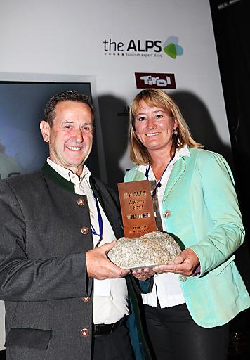 Angelika Pastler (Marketingleiterin Bergbahnen Hochsöll) und Walter Eisenmann (Geschäftsführer Bergbahnen Hochsöll) nahmen am Freitagmittag den theALPS Award 2013 in Chamonix Mont-Blanc entgegen.