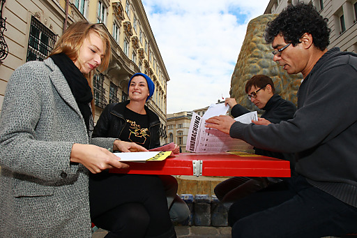 """WahlweXel-Paare beraten zwischen Innenministerium und Bundeskanzleramt über das Wahlangebot. Gemeinsam werfen sie die Wahlkarten in den """"First Briefkasten der Nation"""" bei der Hofburg."""