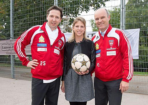 http://www.apa-fotoservice.at/galerie/4685 Im Bild v.l.n.r.: Heinz Reitbauer jun. (Steirereck), Sophie Kattus und Rudi Obauer, Präsident der Österreichischen Fußballnationalmannschaft der Gastronomie (v.l.)