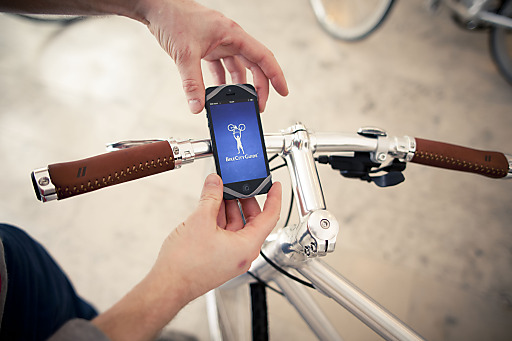 Finn fixiert jedes Handy stabil auf jedem Fahrradlenker.