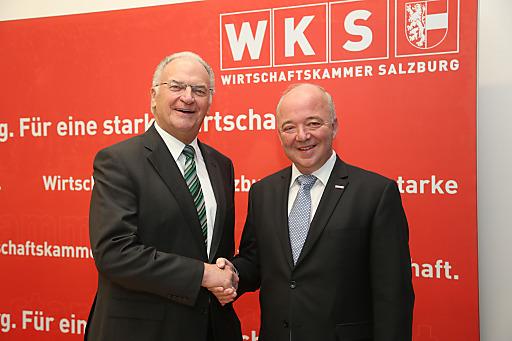 Pressekonferenz der Wirtschaftskammer Salzburg.Foto: Franz Neumayr 3.12.2013.Im Bild von links: der scheidende Präsident Julius Schmalz und der neue Präsident Konrad Steindl